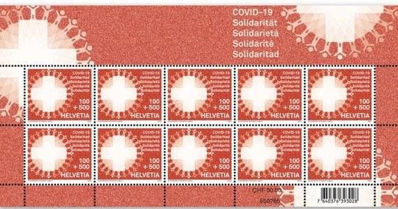 Szwajcarska poczta wypuściła specjalne znaczki, których sprzedaż ma pomóc w finansowaniu walki z koronawirusem. Widnieje na nich biały szwajcarski krzyż w kole, na którego obwodzie umieszczono w regularnych odstępach drobne ludzkie sylwetki.