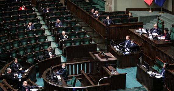Sejm uchwalił w poniedziałek ustawę, zgodnie z którą wybory prezydenckie w 2020 r. zostaną przeprowadzone wyłącznie w drodze głosowania korespondencyjnego. Przepisy stanowią też, że w stanie epidemii, marszałek Sejmu może zarządzić zmianę terminu wyborów, określonego wcześniej w postanowieniu.