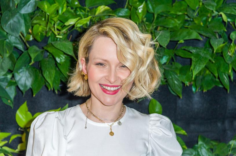 Do takiego wyczynu przyznała się na Instagramie Marieta Żukowska. Gwiazda zdecydowała się na ten krok, bo z powodu kwarantanny nie może iść do fryzjera. Przyznała się do tego w rozmowie z Piotrem Hullem, autorem jej ikonicznej fryzury.