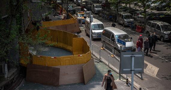 Chińskie władze po 76 dniach zniosły zakaz wyjazdu z miasta Wuhan, w którym wybuchła pandemia koronawirusa. Zgodnie z zapowiedziami o północy z wtorku na środę czasu miejscowego z dróg wyjazdowych usunięto barykady - relacjonują chińskie media.