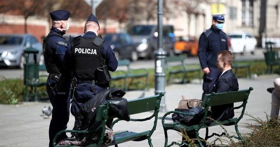 Minionej doby policjanci w całej Polsce wypisali ponad 2200 mandatów za złamanie zakazu przemieszczania się i gromadzenia. To bardzo duży skok, bo do wczoraj od ogłoszenia dwa tygodnie temu nowych ograniczeń tych kar było 9700.