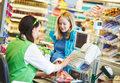 Wolne etaty w handlu i usługach. Koronawirus nie wszystkim przeszkadza w pracy
