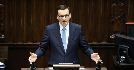 """Podczas wspólnej konferencji premier Mateusz Morawiecki i prezes NBP Adam Glapiński ogłosili program """"pompowania"""" pieniędzy w polskie firmy. To mają być między innymi nieoprocentowane albo niskooprocentowane kredyty. Pieniądze ma wyłożyć Narodowy Bank Polski, co już potwierdził w komunikacie. """"Proponujemy tarczę antykryzysową, która jest bez precedensu, bo skierujemy do firm co najmniej 100 mld złotych"""" - mówi premier Mateusz Morawiecki. Jak dodaje, to będą pieniądze przeznaczone na to, żeby firmy mogły mieć zapewnioną płynność finansową i żeby zachować miejsca pracy."""
