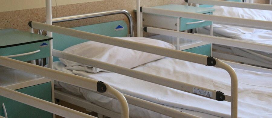 """""""Od momentu wybuchu epidemii koronawirusa, system opieki zdrowotnej skupił się na leczeniu jednej choroby. Zapomnieliśmy, że mamy setki tysięcy pacjentów, którzy cierpią na choroby przewlekłe. Według statystyk, każdego dnia w Polsce u ok. 465 osób wykrywa się nowotwór. Paraliż opieki zdrowotnej spowoduje, że wiele z tych osób nie będzie miało tej świadomości"""" – podkreśla profesor Adam Maciejczyk, prezes Polskiego Towarzystwa Onkologicznego."""
