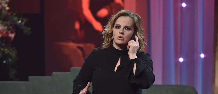 """""""Sytuacja jest bardzo trudna, dla wszystkich. Dla nas również i my to przeżywamy. Prowadzimy normalne życie, jesteśmy z rodzinami, gotujemy, sprzątamy, ja np. zajmuje się remontem - żyję w niedokończonym remoncie"""" – powiedziała w Porannej rozmowie w RMF FM Joanna Kołaczkowska, aktorka, liderka kabaretu """"Hrabi""""."""