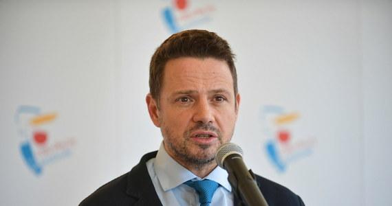 Wczoraj rząd podawał osiem przypadków śmiertelnych w Warszawie, natomiast akty zgonu w Warszawie, w które ja mam wgląd, pokazują, że tych ofiar jest 32 – mówił w TVN24 prezydent Warszawy Rafał Trzaskowski pytany o skalę ofiar zakażenia koronawirusem w stolicy.