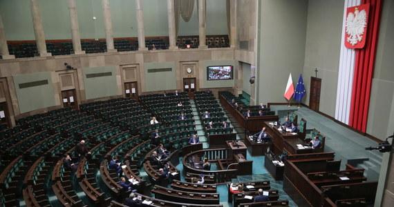 """Wprowadzenie """"wakacji składkowych"""" dla firm zatrudniających do 49 pracowników, zwiększenie dostępności pożyczek dla firm, czy zasiłki dla rolników w związku z koronawirusem - przewiduje ustawa dotycząca tarczy antykryzysowej, uchwalona z poprawkami przez Sejm w nocy ze środy na czwartek. Jak dowiedział się reporter RMF FM Krzysztof Berenda, senatorowie mają się zająć ustawą podczas dodatkowego posiedzenia izby wyższej, które najprawdopodobniej odbędzie się w 15 kwietnia."""