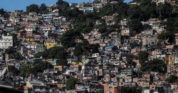 Mieszkańcy osiedli nędzy na obrzeżach brazylijskich miast pozostawieni na ogół samym sobie przez administrację lokalną i państwową, zbierają pieniądze na wynajmowanie karetek i organizują we własnym zakresie wyrób maseczek ochronnych.