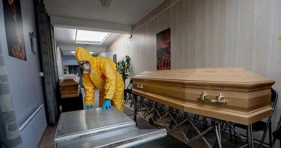 Coraz więcej rodzin zmarłych z powodu koronawirusa może w prowincji Barcelony, w Katalonii, zorganizować we własnym domu uroczystości pogrzebowe. Wszystko za sprawą jednego z zakładów pogrzebowych, który dostarcza pod wskazany adres pojemniki ze skremowanymi szczątkami.