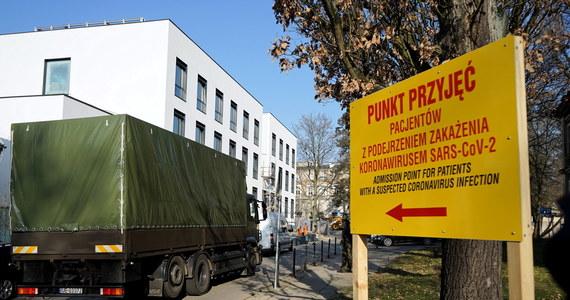 O 370 nowych potwierdzonych przypadkach zakażenia koronawirusem w Polsce poinformowało w czwartek Ministerstwo Zdrowia. Resortowe mówią także o 16 zgonach z powodu Covid-19.
