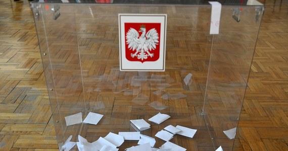 PKW ma dziś dokonać rejestracji czterech ostatnich kandydatów w wyborach wyznaczonych na 10 maja a jednocześnie rząd przygotowuje głosowanie, które ma się odbyć kilka dni później. Na dodatek Senat rozważa przyjęcie uchwalonych pośpiesznie przez Sejm zmian w prawie wyborczym. Na 30 dni przez aktualną dziś datą wyborów wciąż nie wiemy, według jakich zasad ani kiedy się ostatecznie odbędą. Przygotowania trwają jednak dwutorowo.