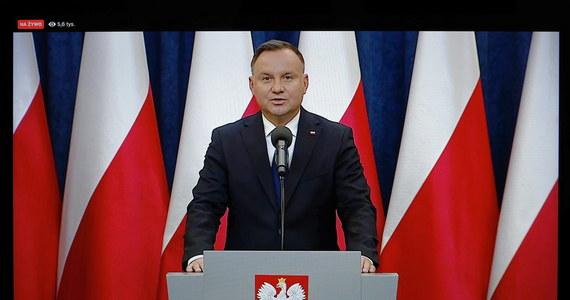 """""""Przedstawiłem premierowi Mateuszowi Morawieckiemu dwie propozycje wsparcia dla firm: zwolnienie wszystkich przedsiębiorców z ZUS na 3 miesiące i objęcie pomocą w ramach tarczy antykryzysowej także firm, które rozpoczęły działalność przed 1 marca tego roku"""" -  powiedział prezydent Andrzej Duda. Według niego ta propozycja została zaakceptowana przez premiera. Sam Mateusz Morawiecki jednak nie chce się pod taką obietnicą podpisać."""