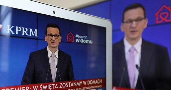 Premier Mateusz Morawiecki poinformował, że o jeden tydzień, do 19 kwietnia zostają przedłużone obostrzenia dotyczące walki z pandemią koronawirusa. Chodzi tu o m.in. zamknięcie galerii handlowych, restauracji, punktów usługowych czy kościołów. Szkoły zostaną zamknięte do 26 kwietnia. Przełożone zostają też egzaminy maturalne. Będzie także obowiązywał obowiązek zakrywania twarzy w przestrzeni publicznej.