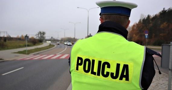 Przez cały świąteczny weekend na drogach dojazdowych do Zakopanego i miejscowości turystycznych Podhala policjanci będą kontrolować czy kierowcy przemieszczają się zgodnie z obostrzeniami. Turyści będą zawracani i karani mandatami – zapowiada policja.