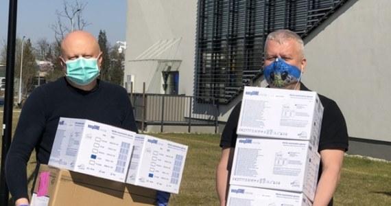 5 000 rękawiczek i 1 000 medycznych masek ochronnych dla krakowskiego Szpitala Uniwersyteckiego! Środki ochrony przekazał Balon Widokowy w Krakowie od partnera wspierającego - firmy ZARYS, producenta i dystrybutora sprzętu medycznego.