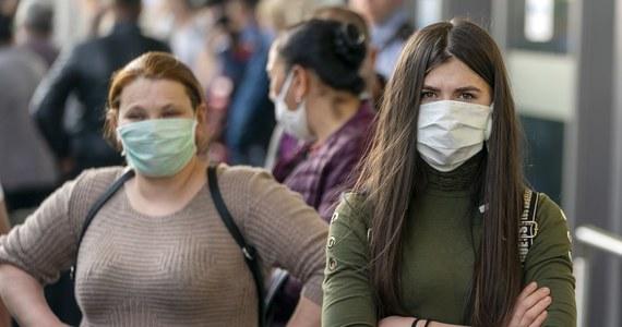 266 osób zmarło w ciągu ostatniej doby w Niemczech z powodu infekcji koronawirusem, zdiagnozowano też 5323 nowe przypadki zakażenia - poinformował w piątek Instytut im. Roberta Kocha (RKI) w Berlinie. W sumie epidemia pochłonęła 2373 ofiary śmiertelne w RFN.
