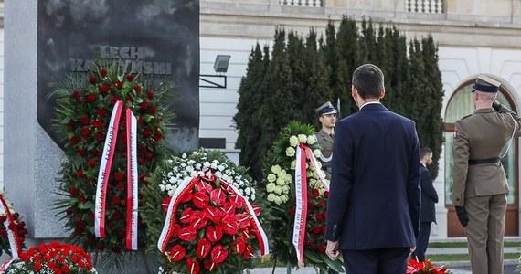 """""""W dziejach powojennej Polski nie było większej tragedii"""" - podkreślił premier Mateusz Morawiecki w 10-tą rocznicę katastrofy smoleńskiej. Według niego, trzeba dziś zadać sobie pytania, jaką drogę przebyliśmy od tego czasu jako wspólnota i czy sprostaliśmy testamentowi Lecha Kaczyńskiego."""