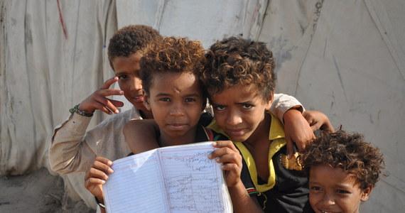 """""""Stoimy przed tańcem ze śmiercią"""" - alarmuje w rozmowie z RMF FM Aleksandra Wiśniewska, szefowa misji Polskiej Akcji Humanitarnej w Jemenie. Kraj nękany kilkuletnią wojną domową według działaczki humanitarnej nie poradzi sobie z koronawirusem, W piątek potwierdzono tam pierwszy przypadek zakażenia. """"Pierwsze przypadki oznaczają tu katastrofę w apokaliptycznej skali"""" - mówi. Wojna w Jemenie pochłonęła co najmniej 100 tysięcy ofiar, kraj nawiedzają też kolejne epidemie chorób takich jak cholera czy wirus denga. Teraz otwiera się nowy front walki z Covid-19. """"Wojna napędza koronawirusa, a koronawirus wojnę"""" - tłumaczy Wiśniewska. """"Będziemy jako PAH robić wszystko, by pomóc jak największej liczbie ludzi, natomiast zdajemy sobie sprawę z beznadziei obecnej sytuacji"""" - dodaje w rozmowie z Karolem Pawłowickim."""