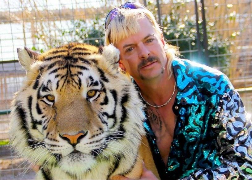 """Plotki o dodatkowym, ósmym odcinku serialu dokumentalnego """"Król tygrysów"""" krążą już od kilku dni. W końcu zostały oficjalne potwierdzone przez Netflix. Specjalny odcinek pojawi się na tej platformie już w niedzielę 12 kwietnia. Czyli dzień wcześniej niż zaplanowany na poniedziałek 13 kwietnia specjalny program stacji FOX przygotowany wspólnie z portalem """"TMZ"""", który też dotyczył będzie bohatera serialu – Joego Exotica."""