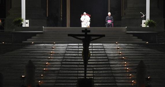 W Wielki Piątek przed bazyliką Świętego Piotra papież Franciszek przewodniczył nabożeństwu Drogi Krzyżowej, która nie miała precedensu. Po raz pierwszy od 56 lat nie odbyła się w Koloseum, ale na pustym, zamkniętym z powodu pandemii placu bez udziału wiernych.