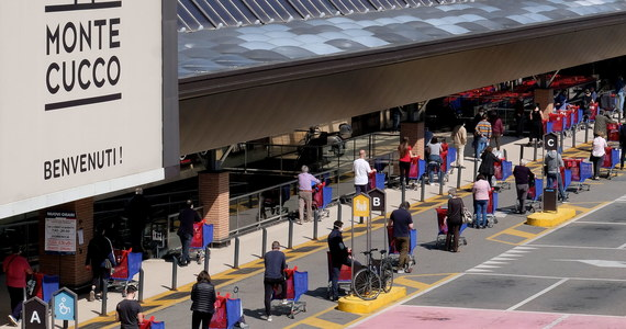 Tuż przed Wielkanocą Włosi stoją w wielu miastach w długich kolejkach do sklepów i supermarketów, bo wstęp do nich jest ograniczony w ramach walki z epidemią. Pojawiła się specjalna aplikacja z mapą sklepów, która pokazuje, ile trzeba czekać na wejście.