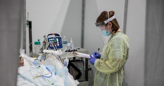 Co najmniej 20 tys. osób zakażonych koronawirusem zmarło dotąd w USA - podał w sobotę Reuters, powołując się na własne obliczenia. Tym samym w USA odnotowano więcej ofiar śmiertelnych koronawirusa niż we Włoszech (19 468) i wszystkich innych państwach dotkniętych pandemią.