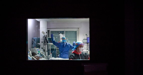 W ciągu ostatniej doby we Francji na Covid-19 zmarło 635 osób - poinformował w sobotę dyrektor generalny w ministerstwie zdrowia Jerome Salomon. Łączna liczba ofiar epidemii w tym kraju wzrosła do 13 832.