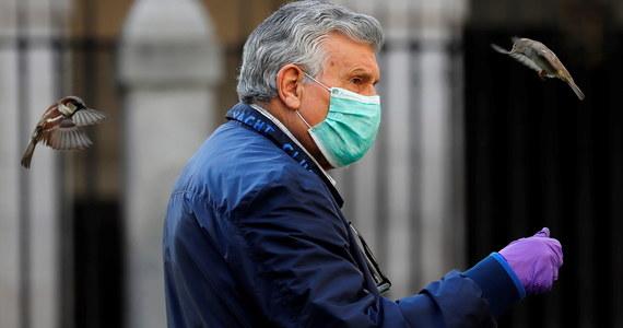 W ciągu ostatniej doby w Hiszpanii na Covid-19 zmarło 619 osób. Łączna liczba zgonów z powodu epidemii koronawirusa wzrosła do 16 972 – poinformowało w niedzielę ministerstwo zdrowia tego kraju.