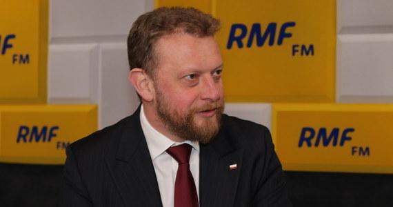 """""""Będziemy powoli od 19 kwietnia odmrażać gospodarkę"""" - zapowiedział w Porannej rozmowie w RMF FM minister zdrowia Łukasz Szumowski. """"To myślę, że jest dobra wiadomość, jak patrzymy na wartości, jak wygląda koszt tej izolacji, która jest skuteczna"""" - podkreślił gość Roberta Mazurka. """"O takich wakacjach, jak sobie wyobrażaliśmy, możemy zapomnieć. Nie ma żadnych danych, że epidemia wygaśnie z powodu lata"""" - przyznał szef resortu zdrowia. """"Na świecie, gdzie mamy znacznie wyższą temperaturę, dużo słońca, wirus jest obecny, nie podejrzewam, żeby czerwiec, lipiec miał zlikwidować go, będziemy się z nim borykać przez rok, dłużej"""" - dodał Szumowski. """"Możemy zakładać, że kolonii i obozów nie będzie"""" - powiedział."""