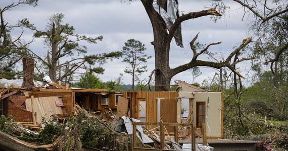 Co najmniej 18 osób poniosło śmierć na skutek burz i tornad na południu USA. W poniedziałek front przesuwa się na północ; ostrzeżenia przed porywistym wiatrem wydano m.in. w Nowym Jorku.
