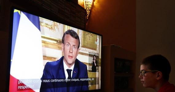W wygłoszonym w poniedziałek orędziu do narodu prezydent Emmanuel Macron przedłużył wprowadzoną z powodu epidemii koronawirusa kwarantannę do 11 maja. Poinformował, że po tym czasie władze będą stopniowo otwierać szkoły i żłobki, a firmy zaczną wracać do normalnego trybu pracy.