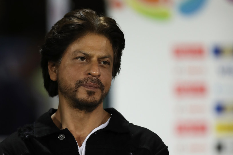 Do 3 maja przedłużona została w Indiach przymusowa kwarantanna spowodowana pandemią koronawirusa. W walce ze skutkami choroby pomaga jeden z największych gwiazdorów Bollywood - Shah Rukh Khan.