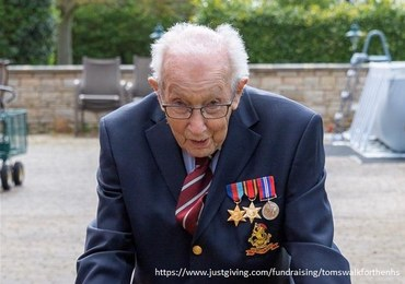 99-letni weteran 100 razy okrążył swój ogródek, by pomóc służbie zdrowia. Zebrał 2 mln funtów