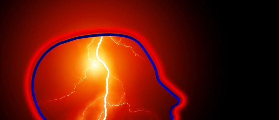 """Ponad jedna trzecia chorych na COVID-19 ma objawy neurologiczne, w tym m.in. ze strony centralnego układu nerwowego, nawet tak ciężkie jak udar mózgu czy zaburzenia świadomości - wynika z badania, które publikuje pismo """"JAMA Neurology""""."""