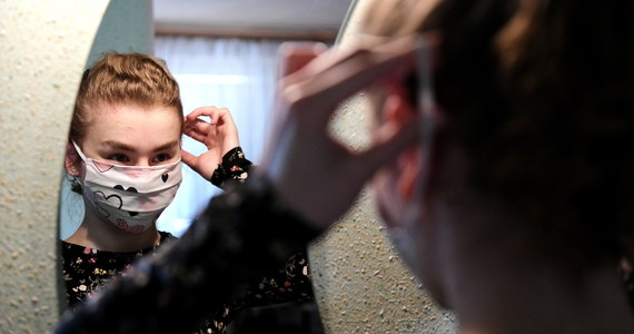 """Minister zdrowia uważa, że skuteczną ochroną w czasie epidemii koronawirusa będzie zwykła maseczka materiałowa. Nie poleca zaopatrzenia w maseczkę chirurgiczną. """"Maseczki chirurgiczne zostawmy medykom"""" - powiedział Szumowski."""