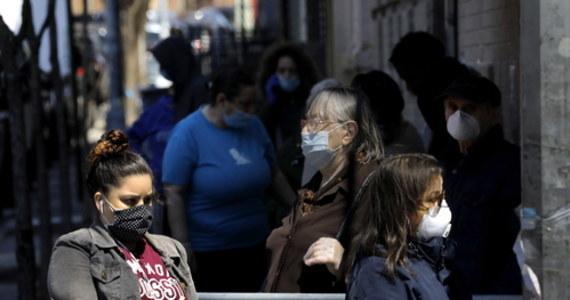Gubernator stanu Nowy Jork Andrew Cuomo powiedział, że stan zmierza w kierunku nowej normalności, a nie do powrotu do tego co było. Zapowiedział wprowadzenie nakazu zakrywania ust i nosa w miejscach publicznych.