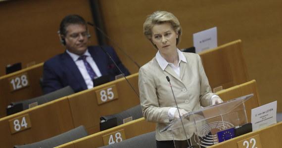 Na początku nie było zbyt wielu gotowych do pomocy Włochom i teraz Europa za to przeprasza - mówiła w emocjonalnym wystąpieniu w Parlamencie Europejskim szefowa Komisji Europejskiej Ursula von der Leyen, wspominając ofiary pandemii, w tym matkę z Polski, która nie zobaczy, jak rośnie jej dziecko.