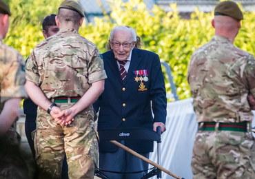 """99-letni weteran uzbierał 12 mln funtów dla służby zdrowia. """"Ten straszny czas kiedyś minie"""""""