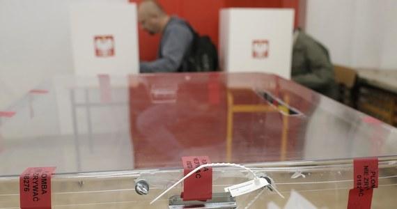 Żadne przepisy nie dają marszałkowi Sejmu prawa do zmieniania daty zarządzonych już wyborów - stwierdza w opinii dla marszałka Senatu Zespół Doradców ds. kontroli konstytucyjności prawa. Grupa konstytucjonalistów rozważała skutki, jakie dla wyborów wywołałoby wprowadzenie 30-dniowego stanu nadzwyczajnego. Pierwsi przedstawiamy ich ekspertyzę.
