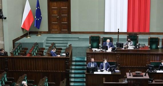 """Sejm opowiedział się za skierowaniem do komisji obywatelskiego projektu """"Stop Pedofilii"""", wprowadzającego kary za """"propagowanie podejmowania przez małoletnich (osób poniżej 18. roku życia) obcowania płciowego"""". Ustawa w ten sposób zakazywałaby m.in. edukacji seksualnej."""