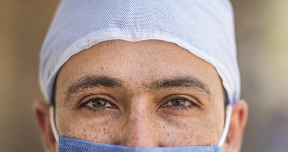 Minister zdrowia Łukasz Szumowski był pytany podczas konferencji prasowej do kiedy będzie obowiązywał nakaz zakrywania ust i nosa. Odpowiedź szefa resortu wskazuje, że decyzja o zniesieniu obowiązku będzie uzależniona od stworzenia szczepionki przeciw koronawirusowi.
