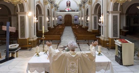 W okresie epidemii koronawirusa w Hiszpanii zanotowano rekordowo niską liczbę katolików. Przynależność do Kościoła Katolickiego deklaruje obecnie 61,2 proc. mieszkańców tego kraju - wynika z badania opublikowanego przez Centrum Badań Socjologicznych (CIS) w Madrycie.