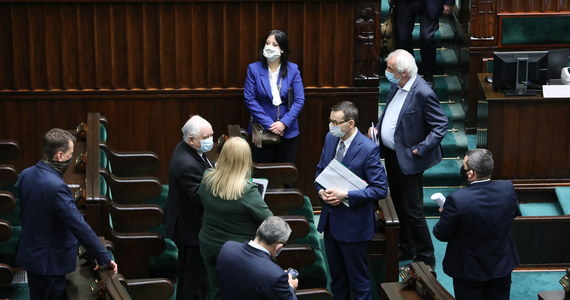 O godzinie 23 rozpoczęły się nocne obrady Sejmu. Tempo głosowania 95 poprawek iście ekspresowe - niecała godzina. W dwóch głosowaniach posłowie rozpatrzyli 95 senackich poprawek dot. tarczy antykryzysowej. Wcześniej sejmowa komisja finansów poparła część senackich poprawek, w tym zapis, by wsparcie objęło również firmy założone między 1 lutego a 1 kwietnia br.