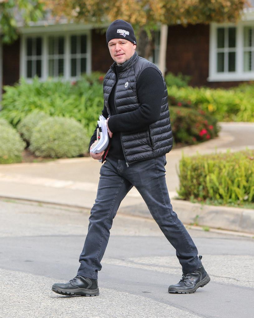 Czas spędza głównie w domu. A gdy z niego wychodzi, to spaceruje nad morzem, robi zakupy w supermarketach i lokalnych sklepikach, a także rozmawia z zaczepiającymi go przechodniami. A wszystko to Matt Damon robi w peryferyjnej dzielnicy Dublina. Znalazł się tam z powodu filmu, przy którym pracował. Na Zielonej Wyspie towarzyszą mu żona i cztery córki.