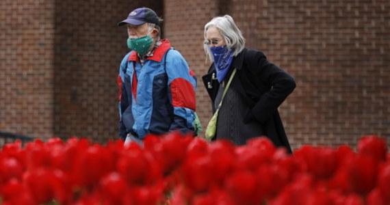 """Przebywające w domach opieki osoby starsze są """"pożywką dla szalonego wirusa"""" - powiedział gubernator stanu Nowy Jork Andrew Cuomo podczas codziennego briefingu na temat pandemii Covid-19. Dodał, że właśnie placówki dla seniorów """"przepełniają nas w tym wszystkim największą trwogą""""."""