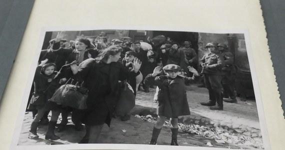 """77 lat temu, 19 kwietnia 1943 r., żydowscy bojownicy z ŻOB i ŻZW stawili zbrojny opór oddziałom niemieckim, które przystąpiły do likwidacji warszawskiego getta. """"Są takie piękne słowa: godność, człowieczeństwo. Tego broniliśmy"""" – mówił o podjętej wtedy walce Marek Edelman, jeden z przywódców zrywu."""