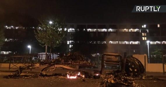 Zamieszki na przedmieściach Paryża. Wściekły tłum protestował przeciwko temu, jak policja traktuje podczas kwarantanny mniejszości etniczne i religijne zamieszkujące przedmieścia francuskiej stolicy. Funkcjonariusze użyli gazu łzawiącego. Sami zostali obrzuceni kamieniami.