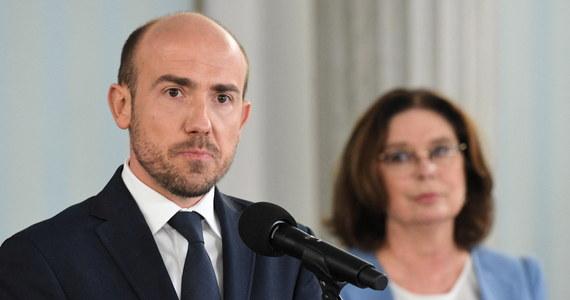 """""""Ustaliliśmy, że oczywistym jest, że wybory powinna przeprowadzać Państwowa Komisja Wyborcza, a nie rząd czy Poczta Polska"""" - ogłosił szef Platformy Obywatelskiej Borys Budka po spotkaniu z liderem Porozumienia Jarosławem Gowinem. Zapewnił również, że - także w przypadku przesunięcia głosowania, zgodnie z jego propozycją, na 2021 rok - """"kandydatką Koalicji Obywatelskiej była, jest i będzie Małgorzata Kidawa-Błońska""""."""