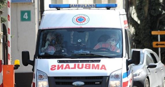 U trzech pracowników stołecznego pogotowia ratunkowego wykryto koronawirusa. Jeden z zarażonych był kierowcą i miał dużo kontaktów z innymi ratownikami. Wydawał im m.in. sprzęt. Na kwarantannę trafiło już 58 pracowników, ale ta liczba może jeszcze wzrosnąć.