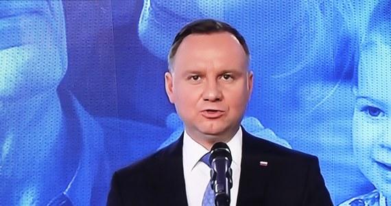 """""""Ten pomysł jest co najmniej dziwny"""" - tak Andrzej Duda skomentował propozycję szefa Platformy Obywatelskiej Borysa Budki zakładającą m.in. przełożenie wyborów prezydenckich na maj 2021 roku. """"Rządzący nie wpadli na taki pomysł, bo uważali, że nie licowałoby to z zasadami demokracji"""" - stwierdził prezydent. Ocenił również, że głosowanie korespondencyjne, jakie forsuje obecnie Prawo i Sprawiedliwość, """"ma charakter profrekwencyjny""""."""